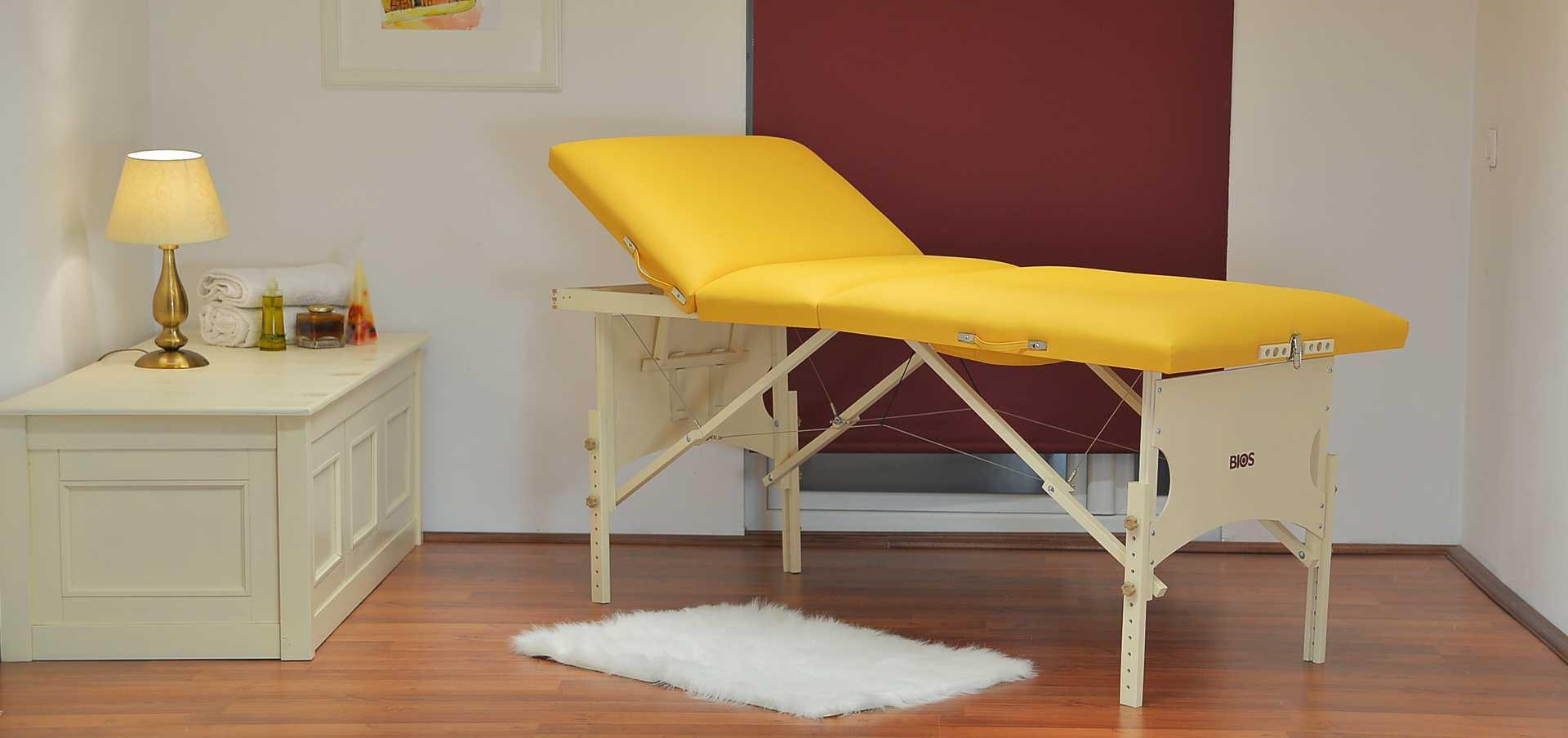 Confort - masă de masaj portabilă, trei secțiuni, culoare galben-piersică, finisaj lemn crem.