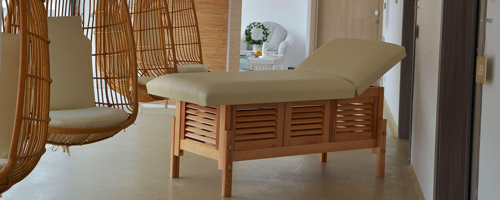 Masă de masaj staționară, model Laguna, de la BIOS, pernă două secțiuni, tapițerie galben-piersică, finisaj lemn natur