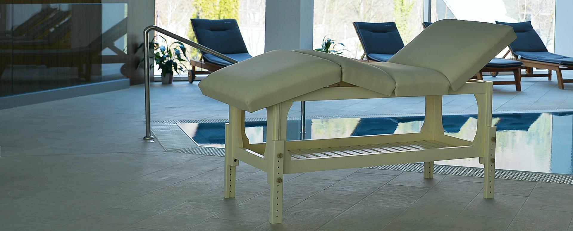 Masă de masaj staționară, model Lotus, tapițerie crem, finisaj lemn crem, pernă doua secțiuni, la Hotel Internațional Sinaia